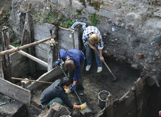 archaeologists_at_work-bcb462f