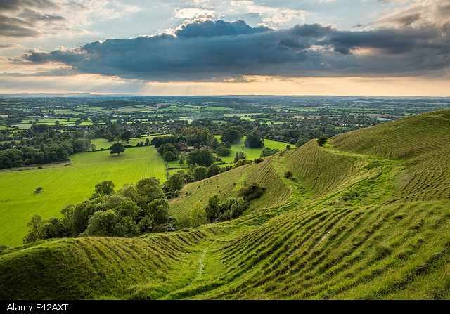 F42AXT the ramparts of the prehistoric hill fort on Hambledon Hill above the Blackmore Vale, Dorset, England, UK