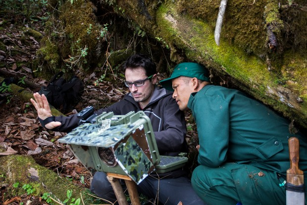 Emmanuel Rondeau, photographer and Dorji Duba, ranger, discussing the installation of a camera trap in Biological corridor 8, Bhutan © Emmanuel Rondeau/WWF