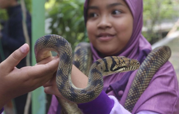 Indonesian-children-with-snake_623-b03f0ce