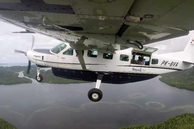 Flying over the Raja Ampat archipelago, Indonesia. Gordon Buchanan. © Neil Harvey/Dragonfly Film & TV Ltd