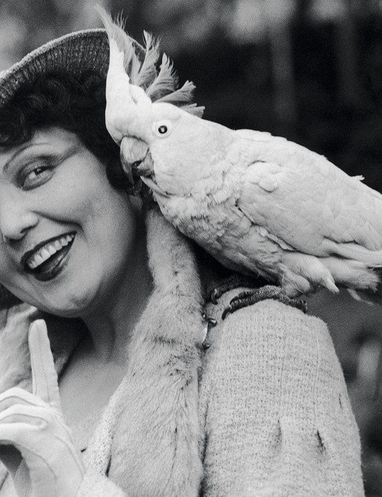 Spanish mezzo-soprano singer Conchita Supervia (1895 - 1936) with Joey, a 64 year-old cockatoo, at London Zoo, circa 1930. (Photo by FPG/Hulton Archive/Getty Images)