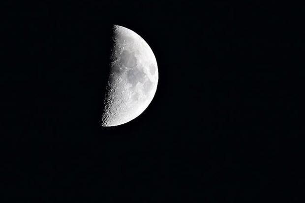 How to observe a quarter Moon