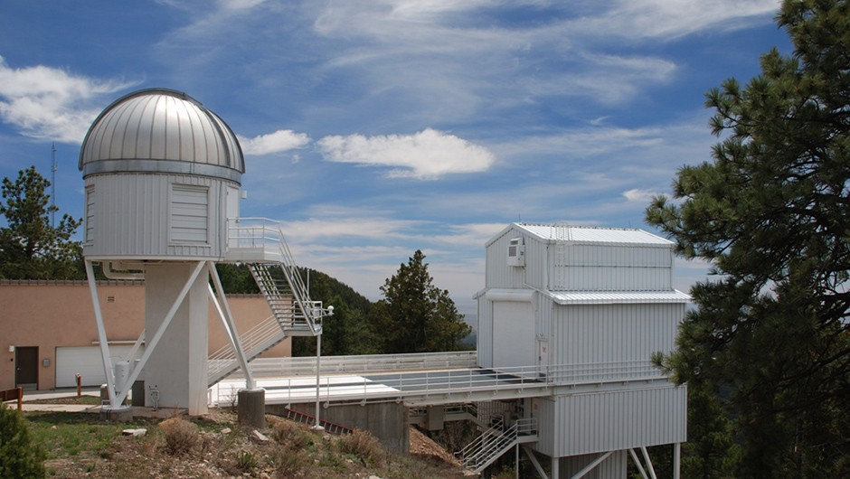 The Apache Point Observatory has teamed up with the Hubble Space Telescope and the Very Large Telescope in Chile to reveal the inner workings of two colliding galaxies © Wikimedia Commons
