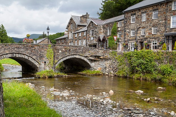 An image of the Welsh town of Beddgelert today. The building on the right is the Prince Llewelyn Hotel, which was hit by a meteorite in 1949. Image Credit: iStock