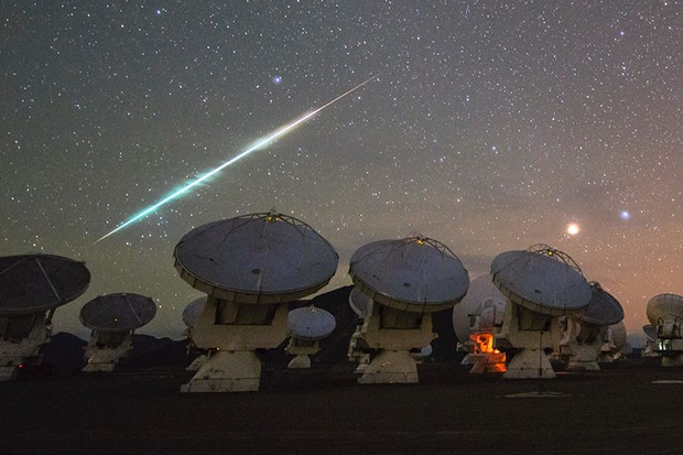 Meteor fireballs over the Atacama Large Millimeter/submillimeter Array (ALMA) in Chile © Wikimedia Commons