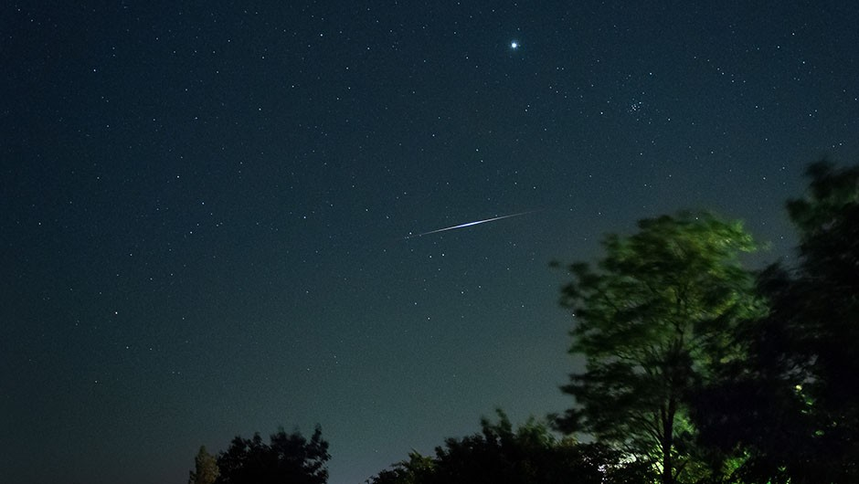 An Iridium flare passes nearby a view of Venus © Wikimedia Commons