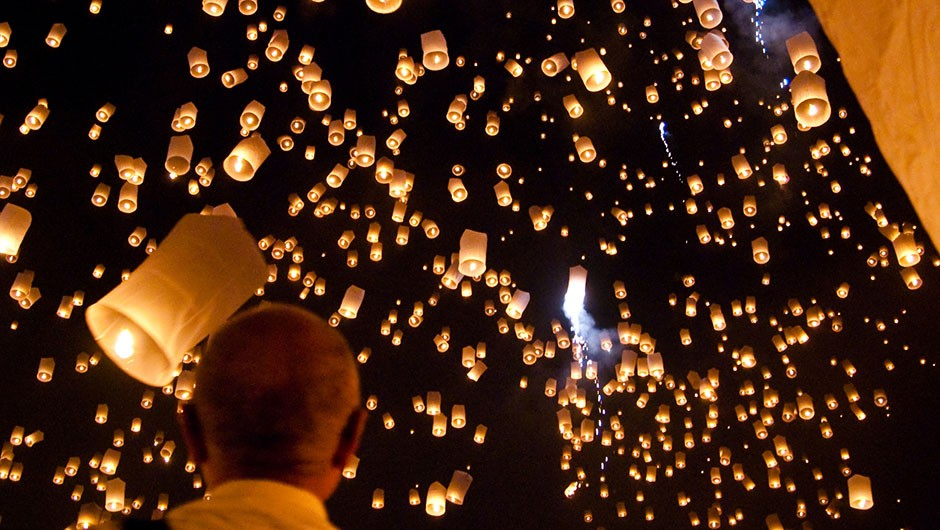 Sky lanterns set off during the Yi Peng (Loi Krathong) festival in Thailand © Wikimedia Commons