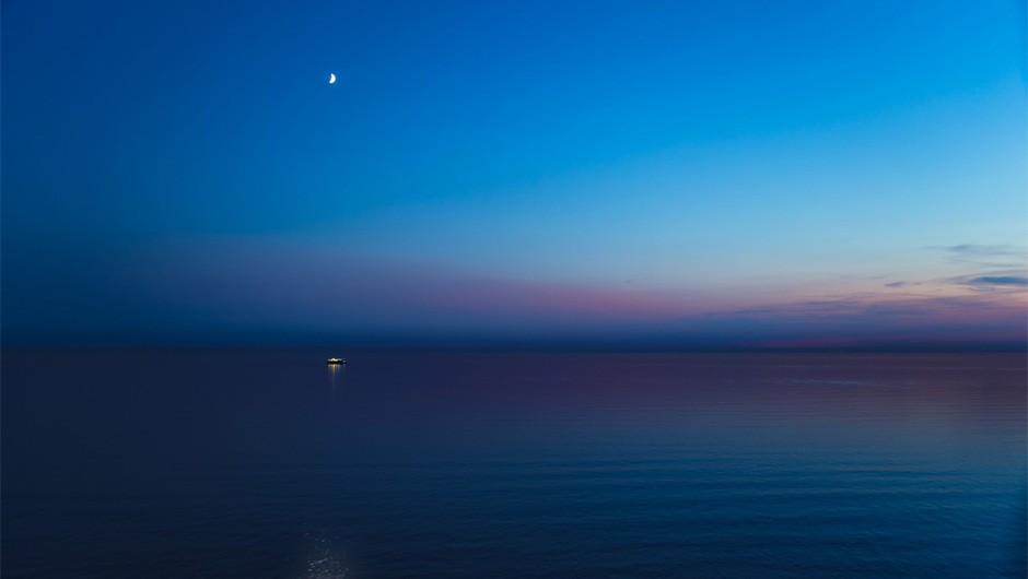 Nautical twilight: colours begin to fade and the horizon begins to disappear. More stars emerge. Image Credit: iStock