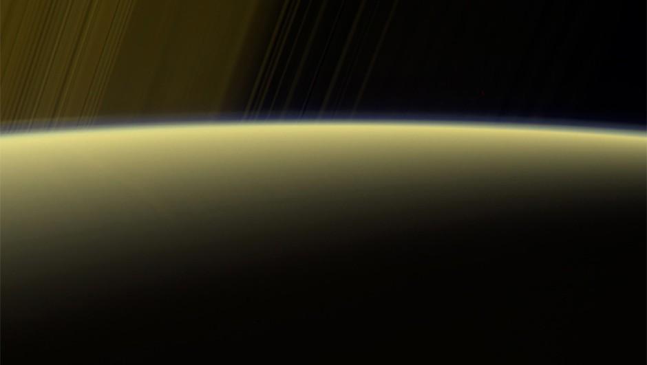 saturn-sunlight-horizon-haze-cassini