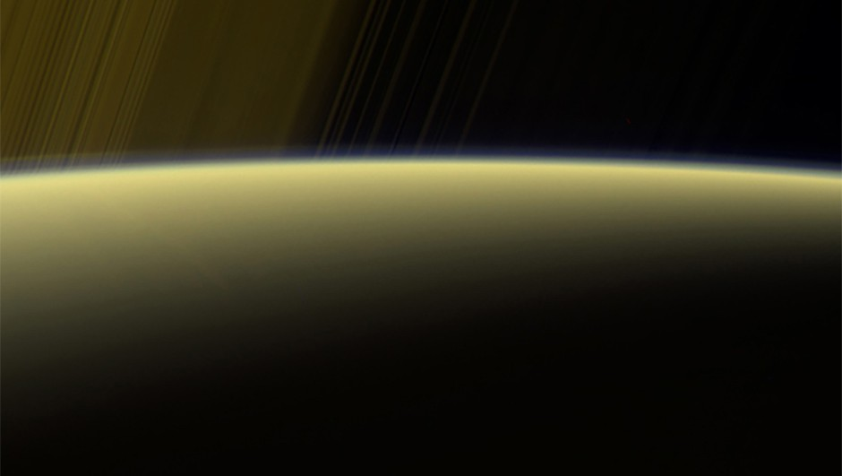 saturn-sunlight-horizon-haze-cassini