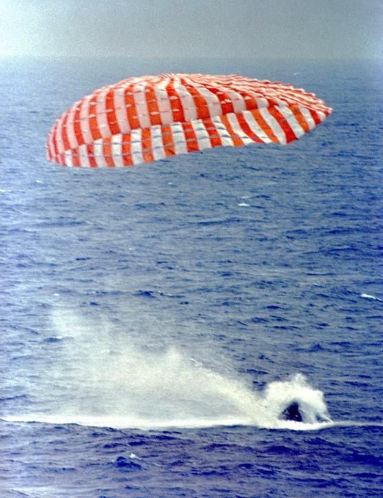 Gemini IXA lands in the Atlantic Ocean, 6 June 1966, carrying Eugene Cernan and Tom Stafford on board. (NASA)