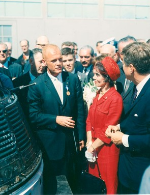 Glenn with his wife Annie and President John F Kennedy, standing next to the Friendship 7 spacecraft that carried him into space, 23 February 1962. (Credit: NASA)