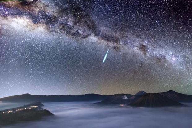 Eta Aquarid Meteor Shower over Mount Bromo © Justin Ng (Singapore)