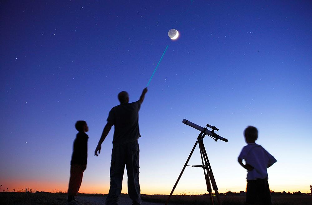 BP15G8 Man showing moon to 2 little boys, telescope