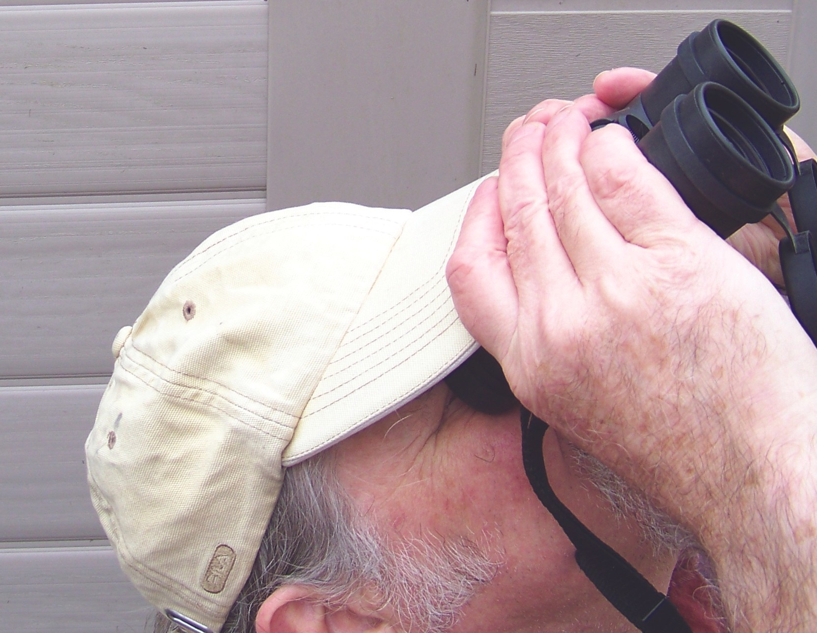 How to hold your binoculars steady. Credit: Steve Tonkin