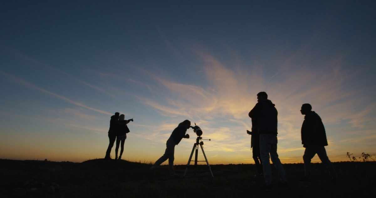 Friends stargazing. Credit: EvgeniyShkolenko / Getty