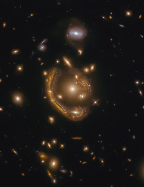 EINSTEIN RING / GAL-CLUS-022058s HUBBLE SPACE TELESCOPE, 14 DECEMBER 2020 Credit: ESA/Hubble & NASA, S. Jha. Acknowledgement: L. Shatz