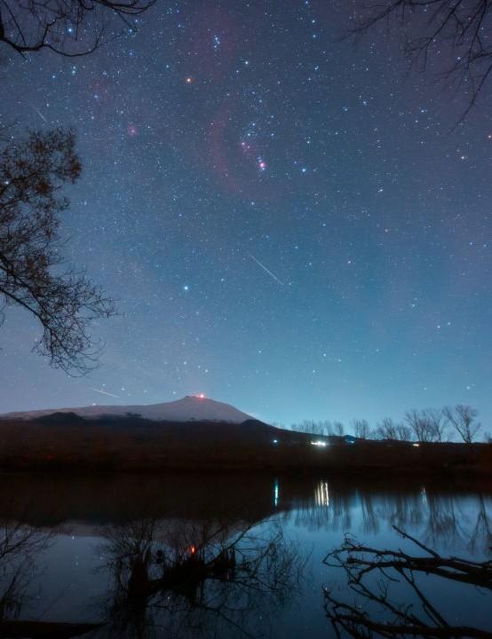 Orion, Geminids, fireball, airglow and Etna erupting Dario Giannobile, Lago Gurrida, Sicily, 14/15 December 2020 Equipment: Canon 6D DSLR, Sigma 14mm lens