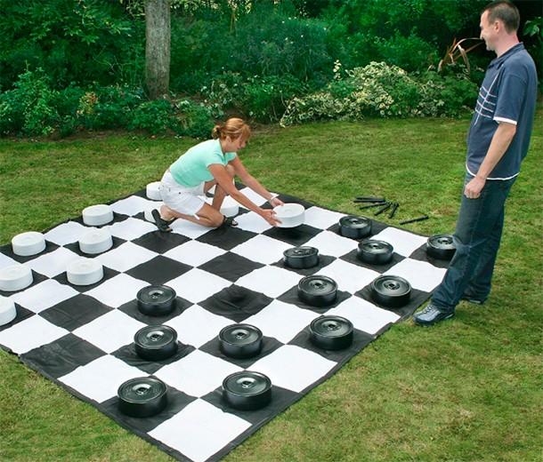 10-of-the-best-giant-garden-games_giant3
