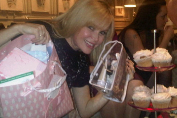 amanda-holdens-friends-throw-her-a-surprise-baby-shower_32015