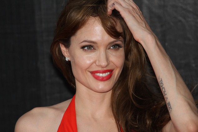 angelina-jolie-criticised-for-tricking-her-son-while-dressed-as-a-man_15174