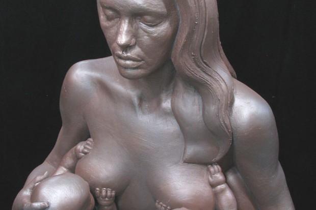 angelina-jolie-nude-breastfeeding-sculpture_6033