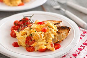 annabel-karmels-scrambled-eggs-with-tomato-and-onion_84141