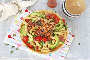 bacon-and-avocado-pasta-salad-with-honey-mustard-chicken_126910