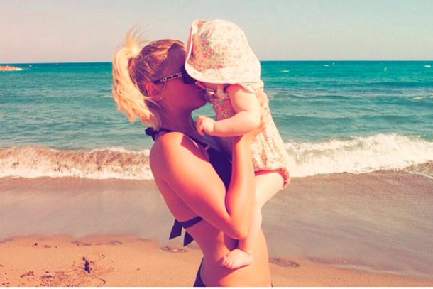 billie-faiers-shares-candid-new-pic-with-baby-nelly_126195