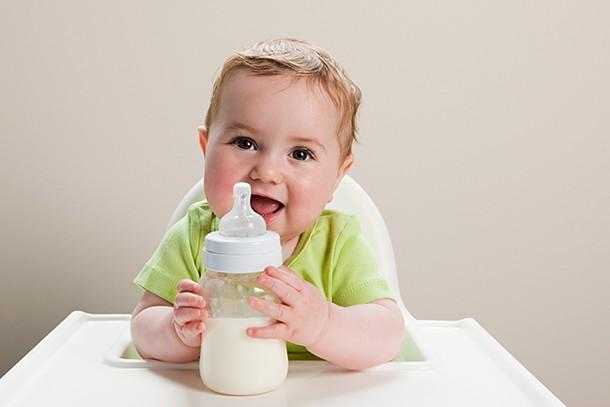 bottlefeeding-a-baby-with-milk-allergy_207491