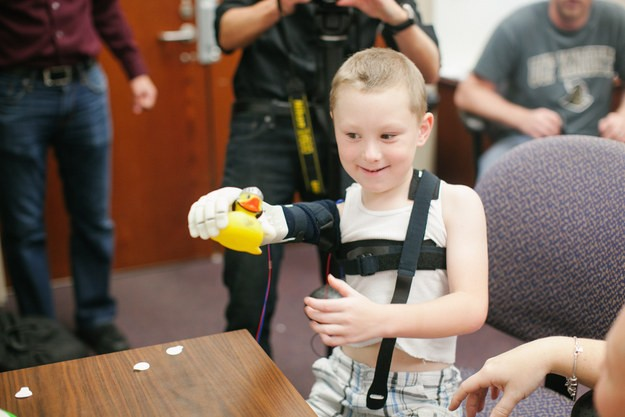 boy-6-hugs-his-mum-for-the-1st-time-thanks-to-new-3d-printed-arm_58873