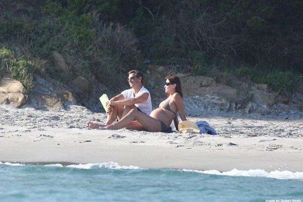 carla-bruni-shows-off-her-baby-bump-on-the-beach_24147