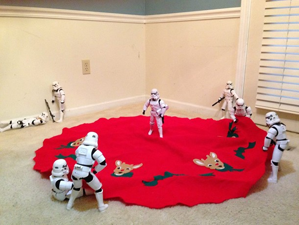 check-out-these-stormtroopers-putting-up-a-christmas-tree_138682