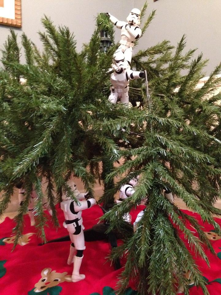 check-out-these-stormtroopers-putting-up-a-christmas-tree_138723