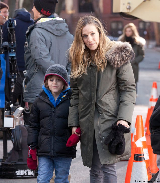 cute-pic-sarah-jessica-parker-brings-son-james-wilkie-on-film-set_19566