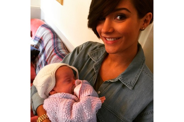 frankie-bridge-confuses-fans-with-baby-pic_126399