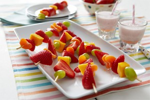 fruit-kebabs-with-strawberry-milk_56122