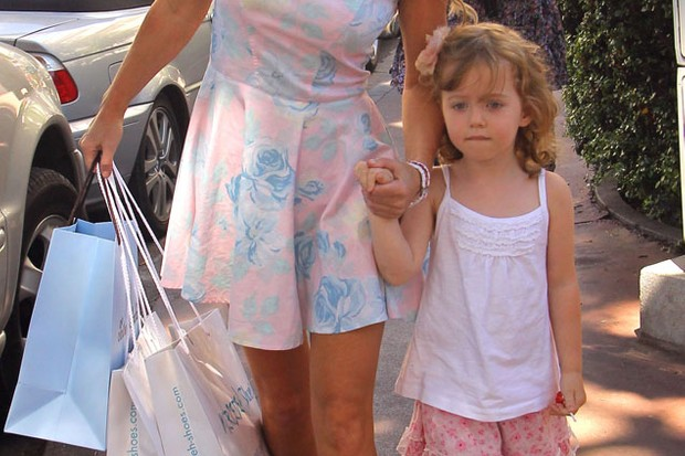 geri-halliwell-goes-on-shopping-spree-with-mini-me-daughter-bluebell_26460