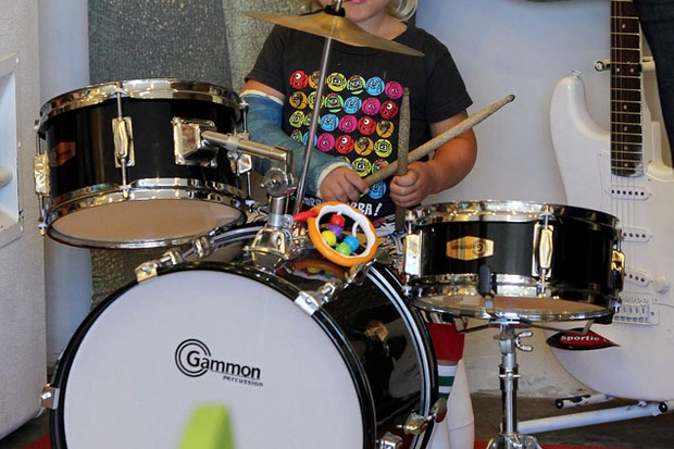 gwen-stefanis-son-zuma-rocks-out-on-the-drums_23604
