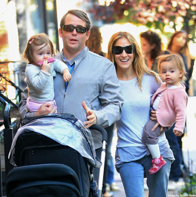 havent-they-grown-sarah-jessica-parker-takes-her-twin-daughters-out-for-a-stroll_16438
