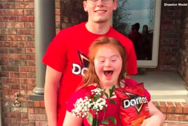 high-school-boy-surprises-girl-with-downs-syndrome-with-amazing-promposal_173583