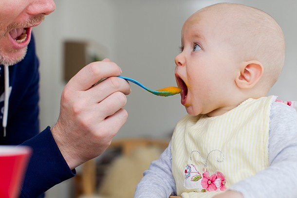 how-to-tell-if-your-baby-is-ready-for-weaning_220725
