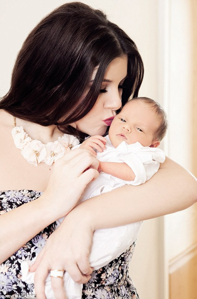 imogen-thomas-introduces-baby-ariana_45357