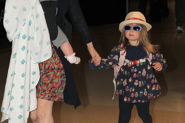 isla-fisher-spotted-out-with-her-cute-mini-me-daughters-_22966