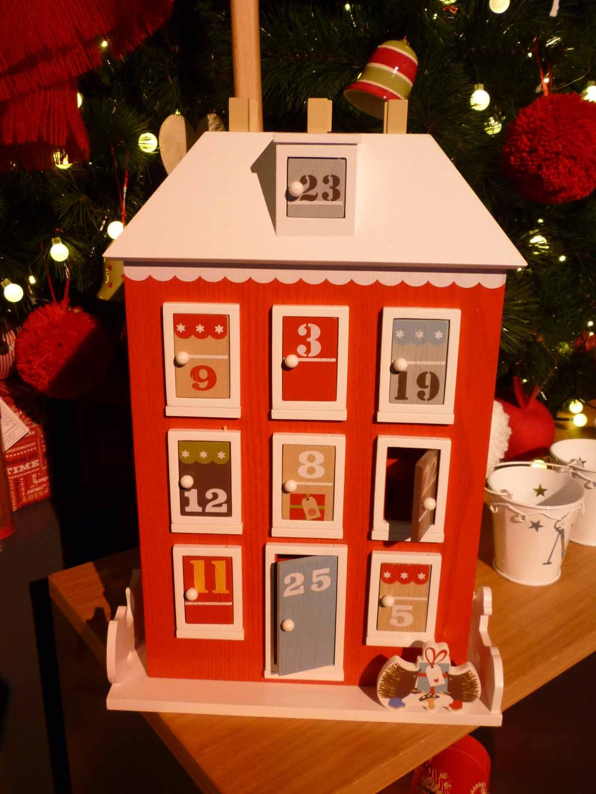 john-lewis-hits-all-the-right-buttons-with-its-retro-and-nostalgia-themed-christmas-show_24505