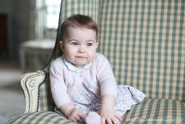 kate-middleton-snaps-princess-charlotte-at-6-months-old_136542