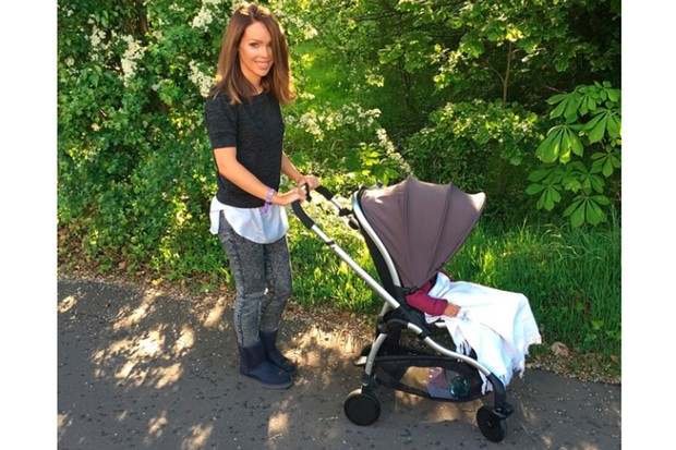 katie-piper-relaxes-poolside-with-luxury-buggy_126329