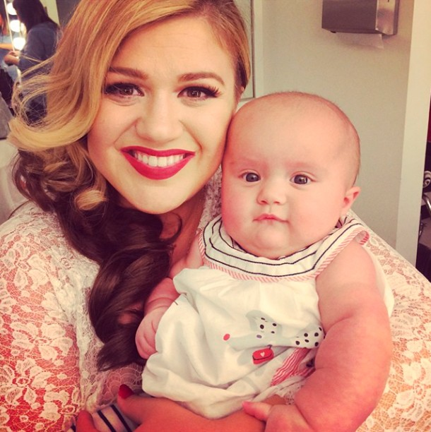 kelly-clarksons-baby-visits-her-on-set_61702