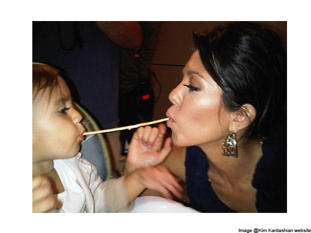 kourtney-kardashian-and-son-have-a-lady-and-the-tramp-moment_27411